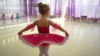 少儿芭蕾舞校毕业秀,小萝莉翩翩起舞,网友:女儿就该养成小公主