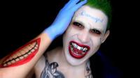 国外亲子美妆秀:妈妈将儿子化妆打扮成了小丑模样