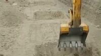 挖掘机挖坑,谁知道这是在干什么?网友:铁锹一样的挖机!