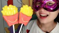"""妹子吃""""薯条棒棒糖"""",色美味甜有创意,连盒一起痛快吃"""