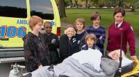 急救担架上躺着一位病人,一群孩子来到担架旁,会怎么做呢