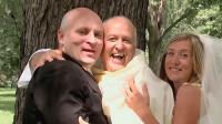 情侣在拍婚纱照,当神父来到他们身旁时,尴尬的一幕发生了