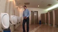 男厕所里出现了一件怪事,男子来到厕所里,慌忙跑了出去
