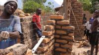 非洲人和中国人一起建房:我们还没开始,中国就已经完工了!