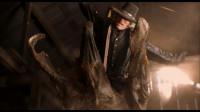 电影《异形魔怪》人们拿钩子钩住怪物的尾巴 用拖拉机把怪物从地里拉了出来