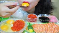 小姐姐吃海鲜大餐:三文鱼、鲑鱼子,搭配生鸡蛋,网友:真辣眼睛