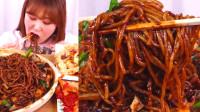 韩国大胃王小姐姐,试吃炸酱面酥肉和泡菜,看她吃口水都流出来了