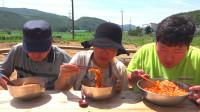 韩国普通家庭的一顿饭,麻辣凉面拌饭,吃着真过瘾呀