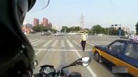 机车摩托骑士路遇交警查车,正规军就是无所畏惧