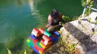小伙用乐高玩具制作捕鱼陷阱,大鱼乖乖上钩,真会玩!