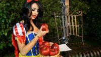 """小姐姐美妆打扮成白雪公主,接着吃下了王后的""""毒苹果"""""""