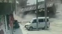 SUV冲出路口逼翻大货车 驾驶室被砸烂司机身亡