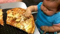 1岁宝宝很挑食,看着爸爸手中的蔬菜沙拉,宝宝的表情亮了