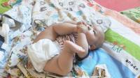 宝宝这功夫真厉害,能吃到自己的脚,爸爸表示佩服