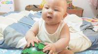宝宝困了闹觉,妈妈用皮球逗宝宝玩,结果笑的跟哭似的