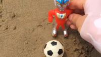 亲子益智玩具:奥特曼不小心把球踢坑里去了,它想办法把球捞上来了!