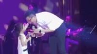 刘恺威与女儿上台献唱嘴对嘴亲吻 小糯米酷似杨幂