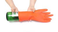 橡胶手套破了不要扔,把它套在啤酒瓶上,原来还有这么棒的作用