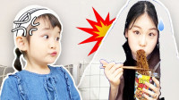 太尴尬了!萌宝小萝莉的姐姐偷吃泡面竟被发现了?这是咋回事?