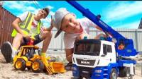超厉害!萌宝小正太的挖掘机竟然掉进了泥坑,吊机车能帮助他吗?儿童玩具游戏故事
