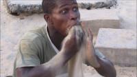 非洲人改吃沙子了?海边享受全沙宴,网友:这表情是要笑死人!