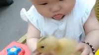 宝妈:宝宝,妈妈都叫你慢点吃了,这下到手的鸭子都飞走了!