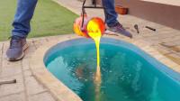 国外小哥将熔铜倒进自家泳池,没想到误打误撞弄出个艺术品!