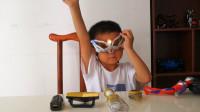 小朋友前面好多的变身器,拿着赛罗眼镜,想要变身为奥特曼