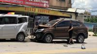 事故警世钟:转个弯掉了俩车轮,关键是还撞伤了别人的车,这下尴尬了554期