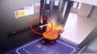陌生男子电梯里抱走女童   警方通报:其意图猥亵未遂
