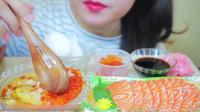 国外美女吃播:生鸡蛋配熟米饭+三文鱼生鱼片,好鲜哦