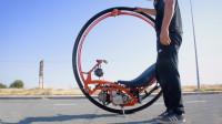 老外自制单轮摩托车,造型太别致,网友:爱的摩托车转圈圈!