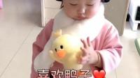 小萝莉把围巾上的鸭子当真鸭子养啊,还给她喂面包