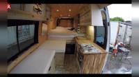 一对情侣将就面包车改装成房车用于居住,车顶的太阳能板提供足够电量很实用