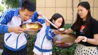 自助超辣火锅汤5元1位,俩学生一口气喝完11锅,人才啊