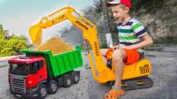萌娃的挖掘机:工程车运输沙土翻车,萌娃开动挖掘机救援挖掘沙土!