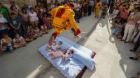 """西班牙举办""""跳婴节"""",主角是几个小婴儿,过程惊心动魄!"""