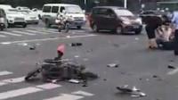 常州发生惨烈交通事故:一辆小车撞翻了半条路的电动车