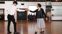 韩国国宝级女演员保持的真好,轻盈的舞步,不输年轻人