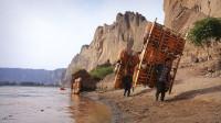 """""""边走边唱的朋举""""上线,搭千年摆渡工具羊皮筏子横渡黄河"""