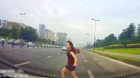 跑步横穿快速路,保险能赔钱但不赔命!中国交通事故合集2019