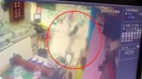 店铺玻璃门突然倒塌 妈妈为保护女儿拽门摔成重伤