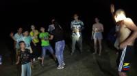 野外露营太无聊,大叔和城里小孩一起斗舞,结果输给了五岁小娃娃