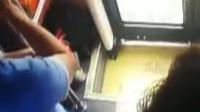 """实拍:女子公交遭猥亵怒斥并报警,""""色狼""""当场哀求捂脸抹泪"""