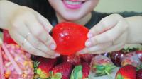 国外美女吃播:草莓盛宴绿豆蛋糕,果冻,糖葫芦,果圈棉花糖