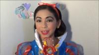 小女孩向往童话世界,于是将自己美妆打扮成了白雪公主