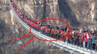 """大量的游客挤上玻璃桥,下一秒""""意外""""发生,镜头拍下全部过程"""