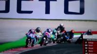 摩托车比赛中摔车画面,车手被甩飞,幸好有皮衣保护