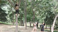 绝地求生真人版:AWM大神在树上做埋伏,不料却被树卡住,太逗了