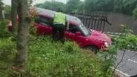 女子驾车不当 冲撞高速护栏悬停半空 红绿灯—平安行 20190718 高清